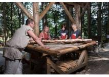 Junge Burgenforscher erkunden den Burgbauplatz