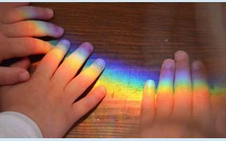 Kinder experimentieren mit Farben