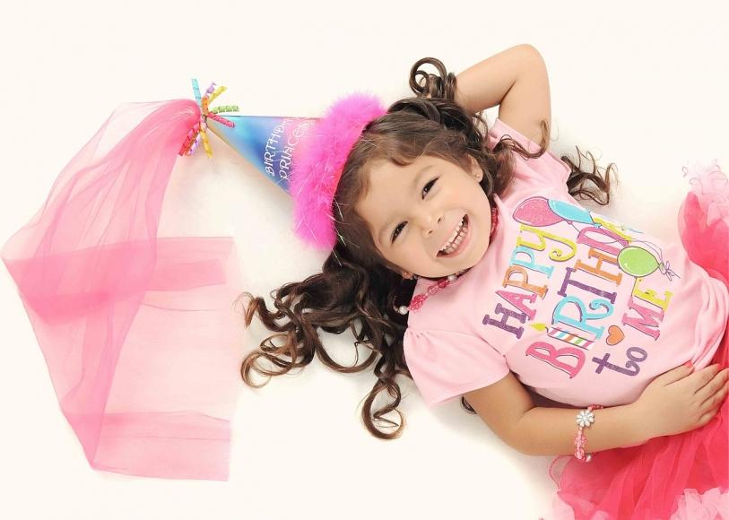 Symbolfoto Geburtstag feiern im Dachboden Zauber