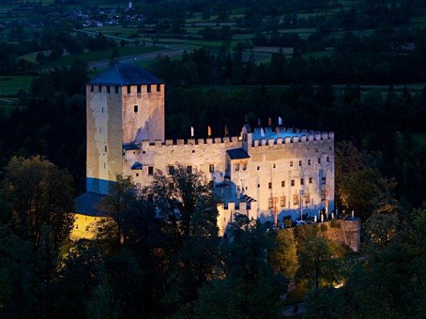 Schloss Bruck in Lienz bei Nacht