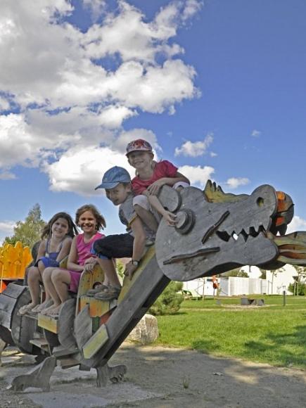 Kinder im Park beim Kunstmuseum Waldviertel