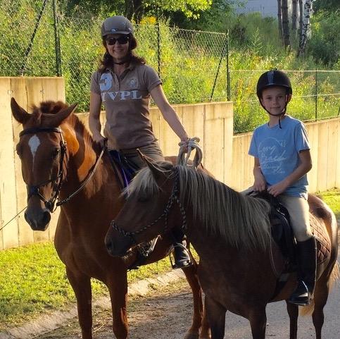 Kinder am Pony im Wischathal