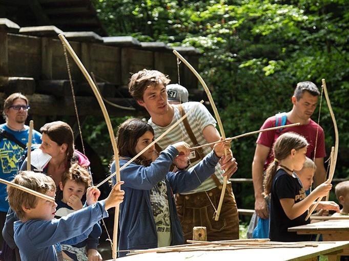 Bogenschießen beim Kindertag © Freilichtmuseum Stübing
