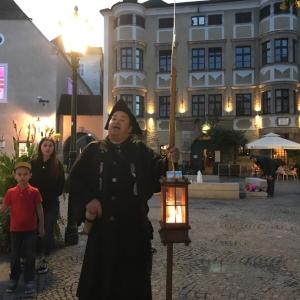 Der Nachwächter führt Familien durch die Linzer Altstadt