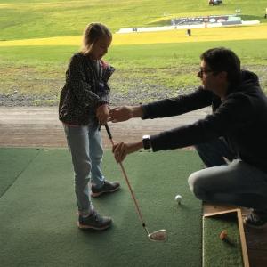 Kinder probieren sich im Golf im Golf Trainingszentrum Rossau