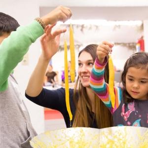 Kinder beim Linzer Kerzenziehen