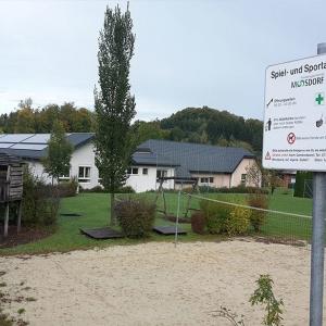 Toben in Moosdorf am Spielplatz