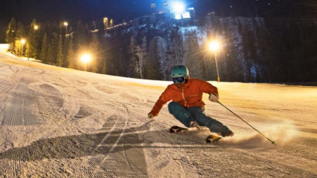 Familien entdecken Nachtskifahren auf Hochwurzen